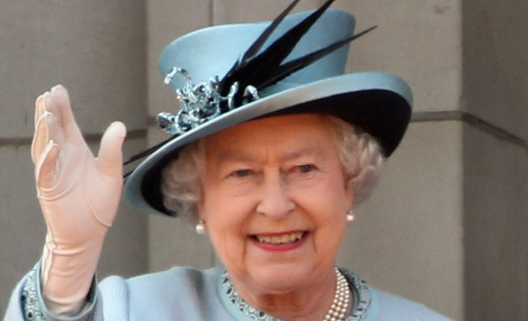 queen-waving-2